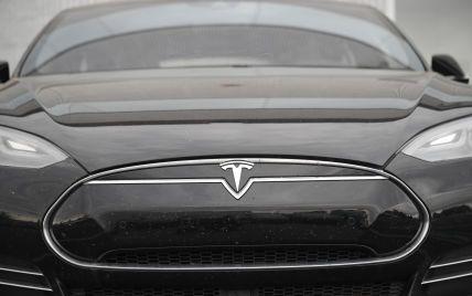 В США Tesla на автопилоте сбила насмерть водителя, который менял спущенное колесо своего автомобиля