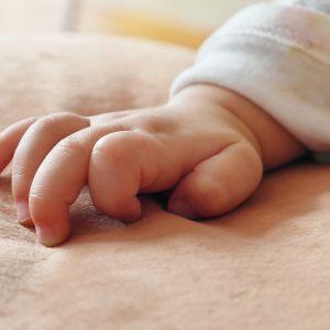 Кидала дитину у вікно свекрусі: у Дніпрі суд виніс вирок жінці, яка вбила 4-місячне немовля