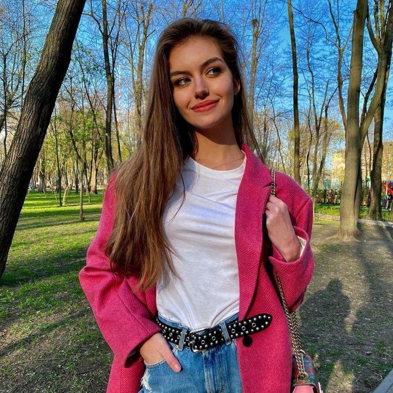 Жена Комарова похвасталась плоским животиком в ярком топе