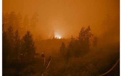 В российской Якутии бушуют лесные пожары: посреди дня пропало солнце, а с неба падает пепел, похожий на снег