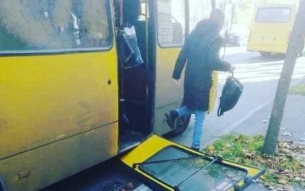 В Киеве у маршрутки прямо на ходу отпали двери: фото