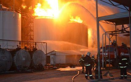 Под Киевом на нефтебазе пылают уже восемь резервуаров с топливом