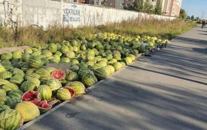 В Киеве неизвестные выбросили урожай арбузов: фото