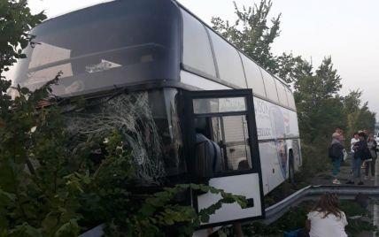 Під Харковом рейсовий автобус з пасажирами, який повертався з Лазурного, влетів у відбійник