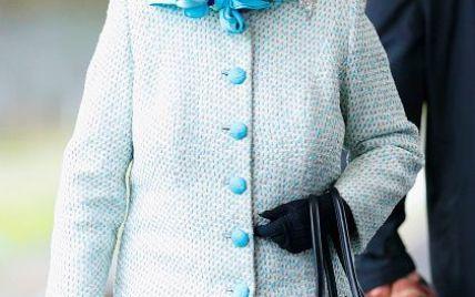 Королева Елизавета II сменила стильную шляпу на платок