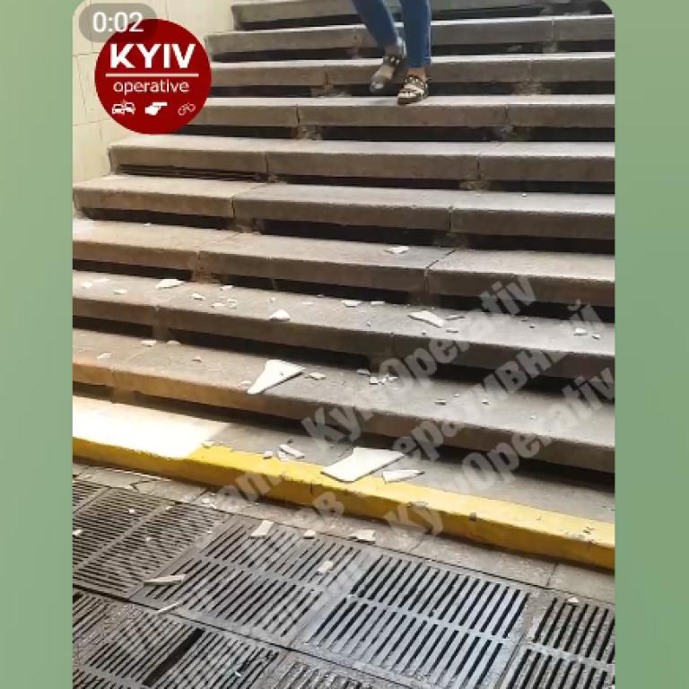 Может упасть на голову: в Киеве в переходе на Европейской площади отваливается плитка