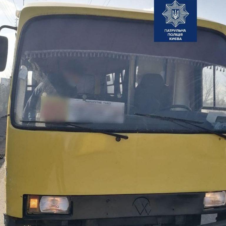 В Киеве водителя маршрутки перед рейсом засняли с бутылкой пива