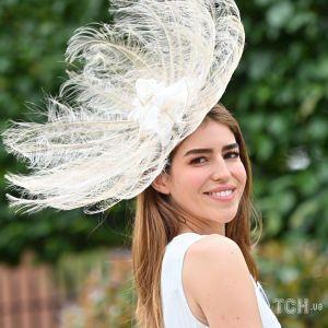 Перья, цилиндр и шляпа-подушка: самые яркие головные уборы второго дня Royal Ascot