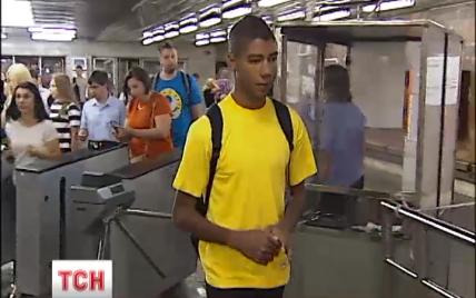 В столичном метро толпа агрессивных молодчиков вызывающе избила подростка
