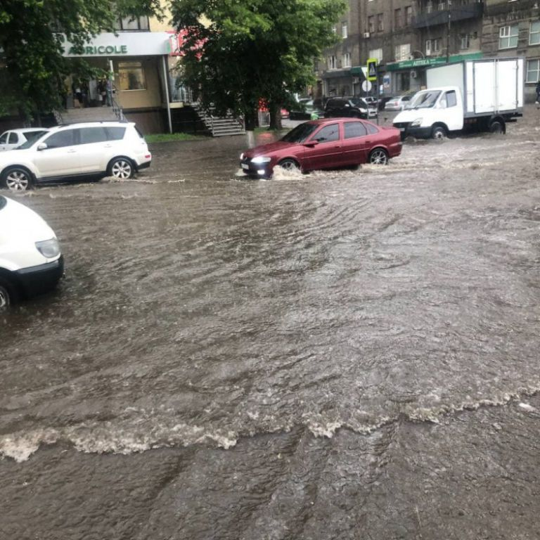 Мощный ливень накрыл Харьков: дороги превратились в реки, вода заливала жилые дома