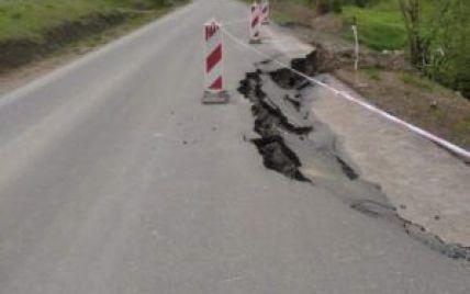 Во Львовской области обрушилась недавно отремонтирована дорога: чиновники объяснили, кто ее будет восстанавливать