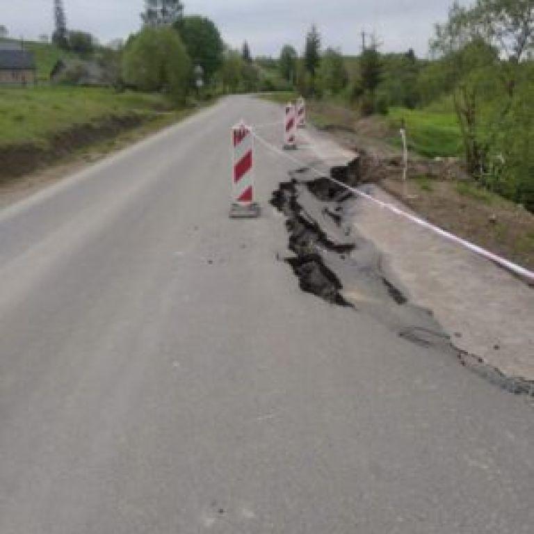 У Львівській області обвалилась недавно відремонтована дорога: чиновники пояснили, хто її відновлюватиме
