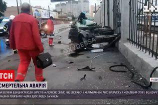 Новини України: в Одесі через шалену швидкість автівку розірвало навпіл під час удару в бетонний стовп