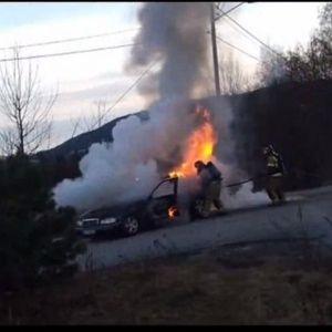 """В Сеть выложили курьезное видео, как горящая машина """"убегает"""" от пожарных"""