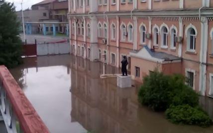 У російській Пермі 30-метровий фонтан із фекалій заблокував рух залізниці