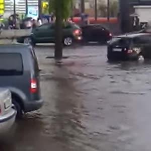 У Кривому Розі після зливи попливли вулиці – води до колін