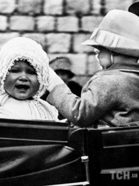 Маленькая принцесса Елизавета изображена в 1927 году. Фотография сделана, когда маленькая принцесса была взята на прогулку по территории Виндзорского замка. / © Associated Press