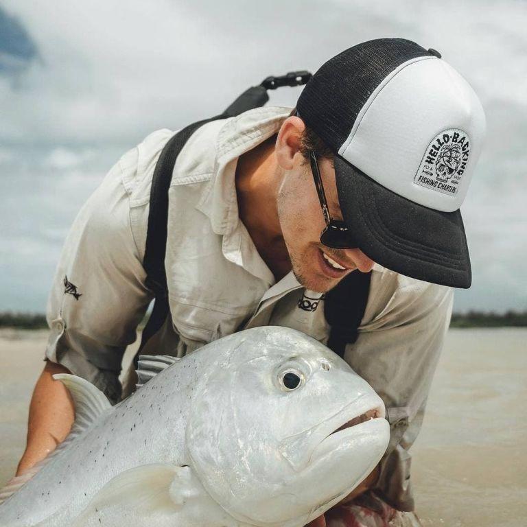 Привлекательный молодой австралийский рыбак отбил трех голодных акул, которые пытались вырвать его улов (фото)