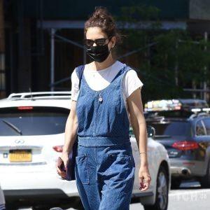 У комбінезоні і білих Лофери: Кеті Голмс вийшла на прогулянку в Нью-Йорку