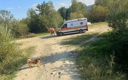 Перелом черепа та передпліч: у Івано-Франківській області дитина зірвалася з аварійного моста на каміння (фото)