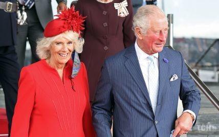 Вау, какая яркая: герцогиня Корнуольская в красном пальто и шляпе-таблетке приехала с мужем в Кардифф