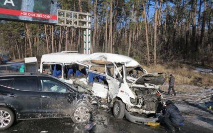 Під Києвом позашляховик врізався в маршрутку, загинула дівчина