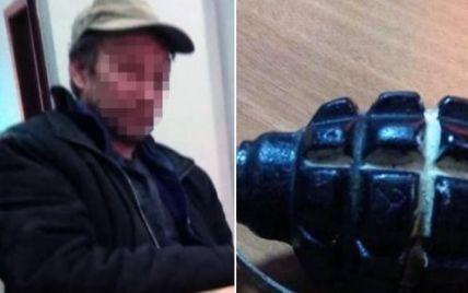 В Киеве нетрезвый мужчина с гранатой угрожал взорвать коммунальное предприятие