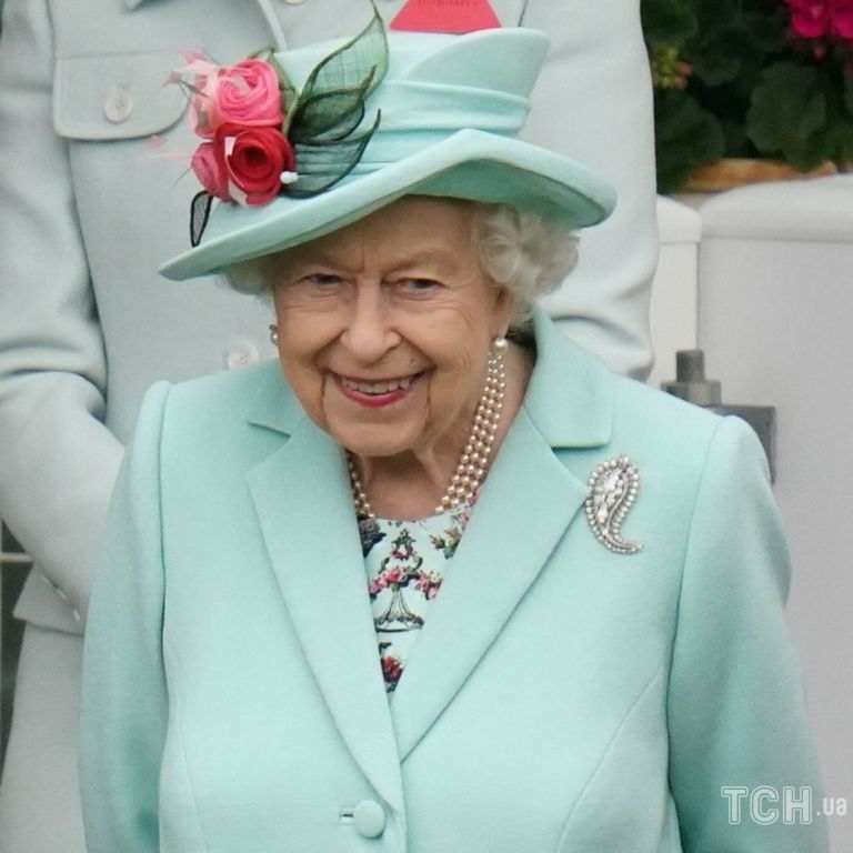 В наряде цвета Тиффани: улыбчивая Елизавета II приехала на скачки в Аскоте