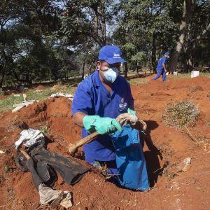 На кладбищах в Бразилии выкапывают останки умерших, чтобы освободить места для жертв коронавируса