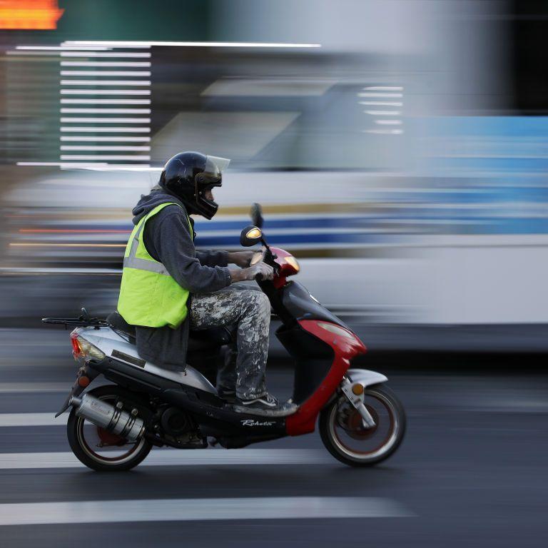 Обязательны ли регистрация и водительское удостоверение для скутеров и мопедов: суд дал разъяснения
