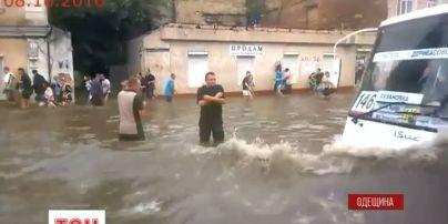 Негода в Одесі: дерево впало на машини разом із стовпом і дротами
