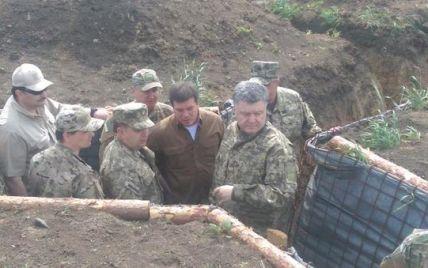 Порошенко в окопах инспектирует оборонительные сооружения под Мариуполем