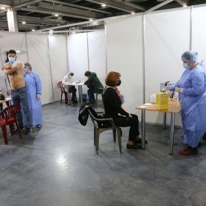 В Україні стартував п'ятий етап вакцинації: Шмигаль закликав усіх українців зробити щеплення