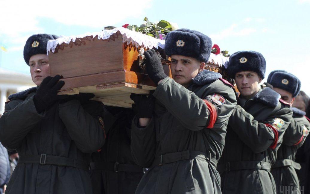 С Дмитрием Годзенком пришли проститься сотни людей. / © УНИАН