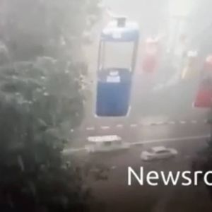 Выпрыгнул из кабины канатной дороги и попал под машину: появилось видео падения парня в Харькове
