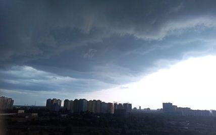 Зірвало дах: у Києві негода внесла корективи у початок навчального року в одній зі шкіл