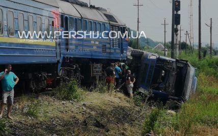 Протянул 500 метров: на Закарпатье пассажирский поезд врезался в грузовик, который стоял на колеи (фото)