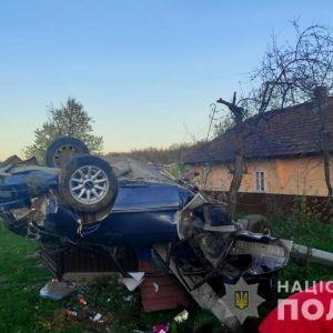 Авто протаранило забор и перевернулось: в Черновицкой области в смертельном ДТП погиб 29-летний мужчина