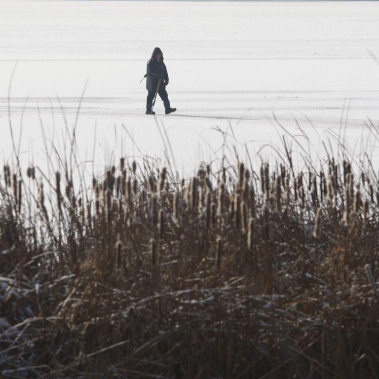 Приехал порыбачить: на Каховском водохранилище под лед провалился мужчина