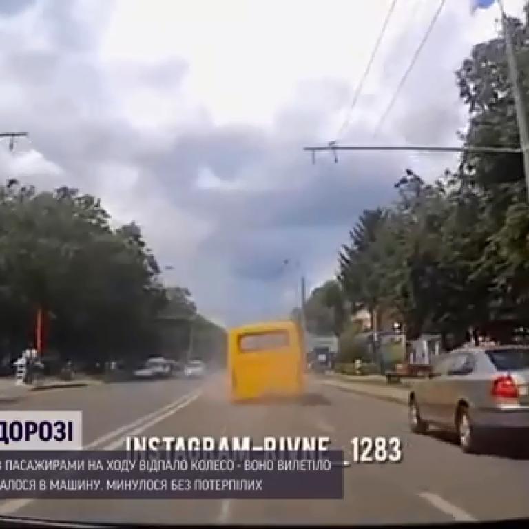 В Ровно у маршрутки на ходу отпало колесо и влетело в встречный автомобиль: видео