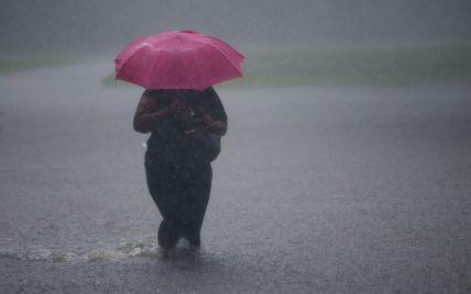 В Украине бушевала непогода: в Запорожье затопило улицы, а в Виннице выбило овощи