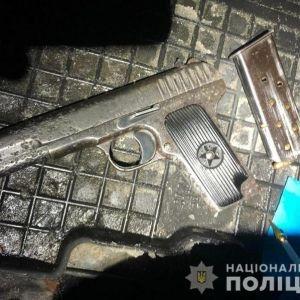 У Києві на Кловському узвозі зупинили автомобіль зі зброєю