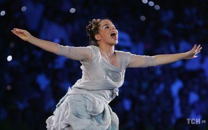 Сукня-океан з 200-метровим шлейфом: згадуємо приголомшливе вбрання Бьорк на Олімпійських іграх