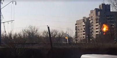 Бойовики поцілили в 9-поверхівку в Авдіївці. Відео моменту потужного вибуху