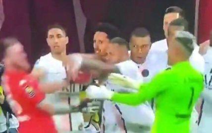 Звезда ПСЖ отметился скандальным поступком во время матча: соперник устроил погоню, чтобы отомстить (видео)