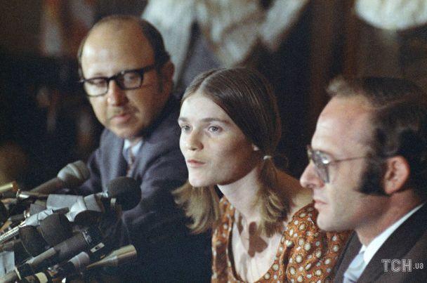 Последовательница Мэнсона Линда Касабиан на пресс-конференции. Она была свидетелем по делу об убийстве Шэрон Тейт / © Associated Press