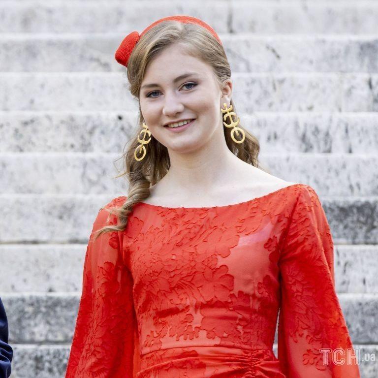 Королева Матильда в ніжному образі, а спадкоємиця трону принцеса Єлизавета — в червоній сукні: бельгійські монархи на месі