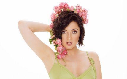 С цветами в волосах и в платье с рюшами: Оля Цибульская снялась в красивой фотосессии