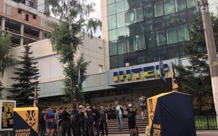 """Нацсовет продлил """"Интеру"""" лицензию, несмотря на скандальные призывы в эфире и требования активистов"""