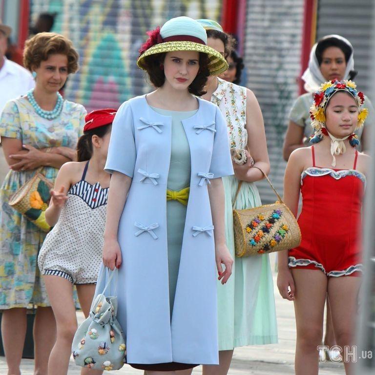 """У небесно-блакитній сукні: головна героїня """"Дивовижної місіс Мейзел"""" з'явилася в гарному вбранні"""